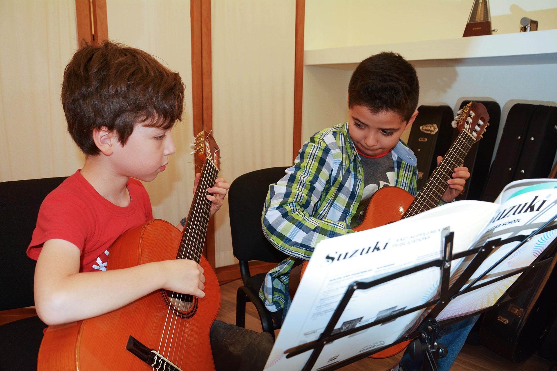 Escuela de música, Clases de guitarra, Método suzuki, clases de guitarra acustica, clases de guitarra clásica, método suzuki guitarra, clases de música para principiantes, clases de música para niños, clases de musica para adultos, certificación school of music, curso de guitarra, curso de guitarra para niño
